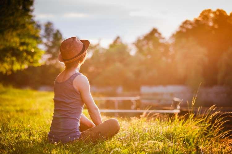 Una mujer joven contemplando el atardecer