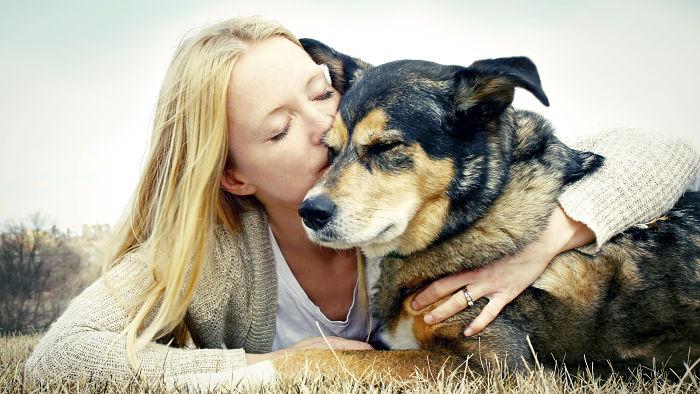 mujer abrazando a su mascota