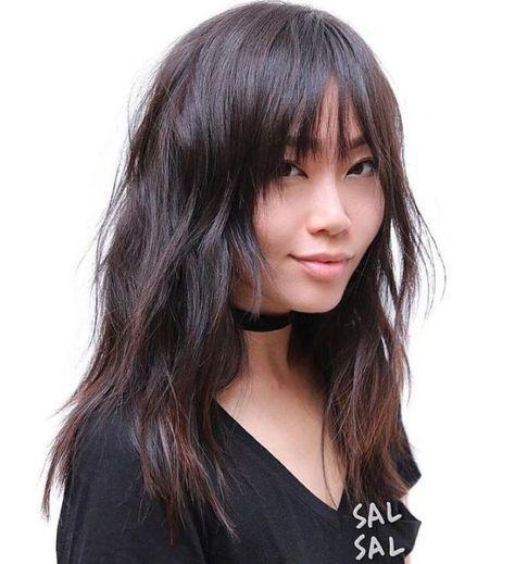 una mujer oriental que lleva un estilo de peinado a la moda 2018