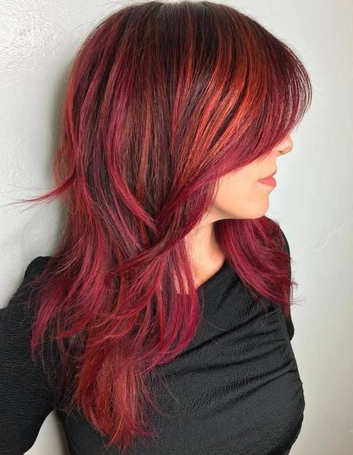 mujer que lleva el cabello de color carmín