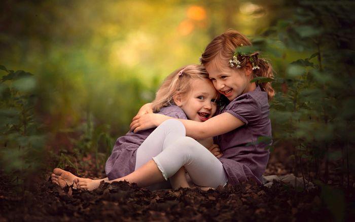 hermanas dándose un abrazo