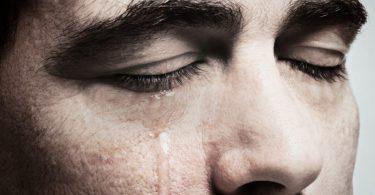 hombre que se encuentra llorando