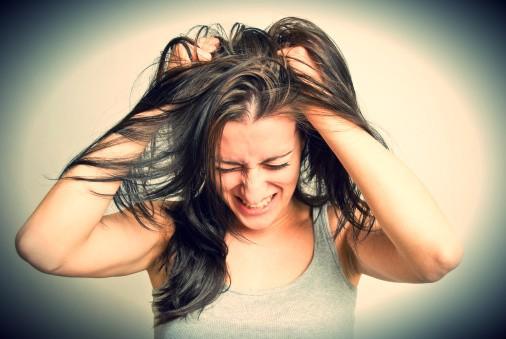 mujer al borde de un ataque de nervios