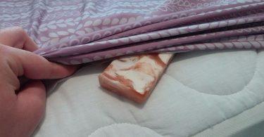 poniendo una barra de jabón debajo de la almohada