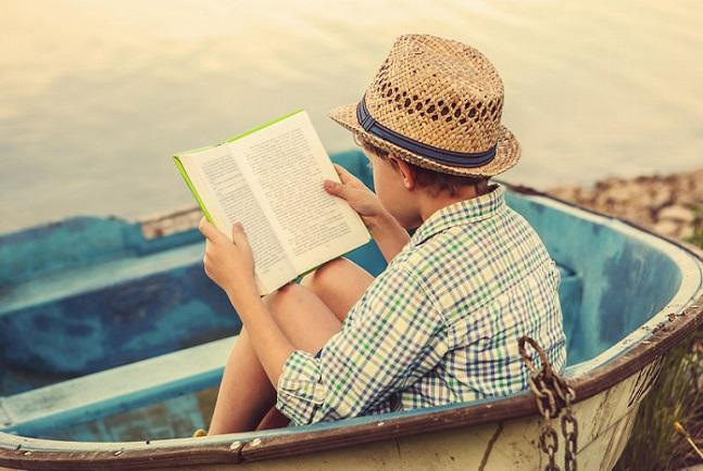 un niño solitario leyendo