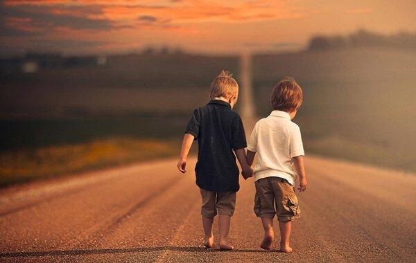 niños caminando tomados de la mano