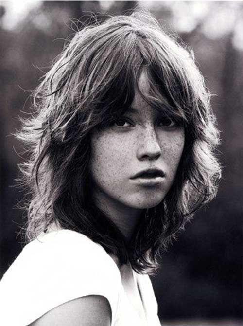 una joven mujer que luce un corte de pelo retro shag