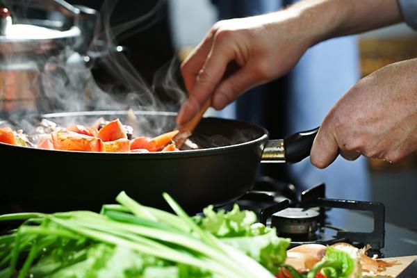 libertad financiera cocinando en casa