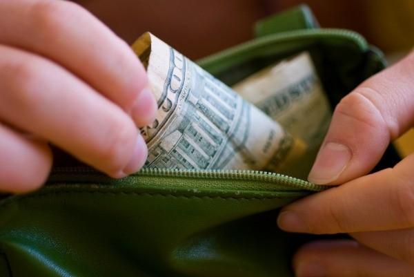 pagando en efectivo para libertad financiera