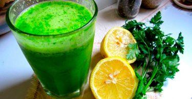 un vaso de juego para reducir la cintura y perder grasa, jugo de erejil y limón