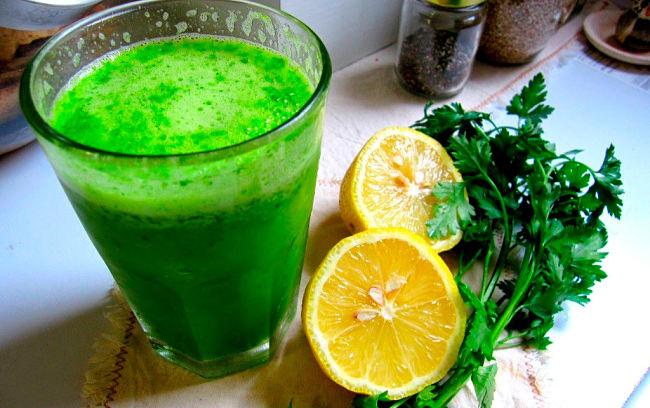 un vaso de juego para reducir el vientre abultado y perder grasa, jugo de erejil y limón