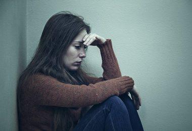 una mujer que se siente abrumada