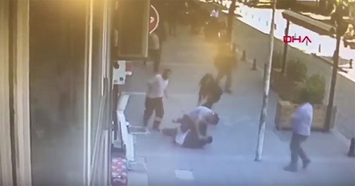 un desconocido interviene para frenar al hombre violento