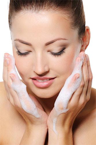 lavar la cara con jabón de leche de arroz