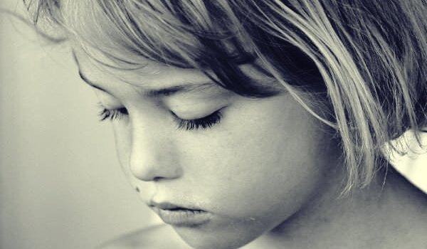 una niña con trastornos psicológicos