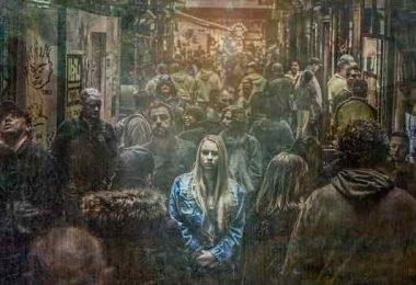 persona que se siente sola en medio de la multitud