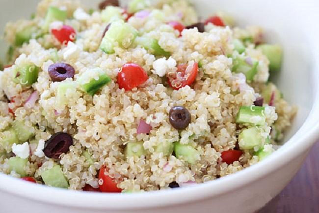 ensalada mediterránea con quinoa y aceitunas