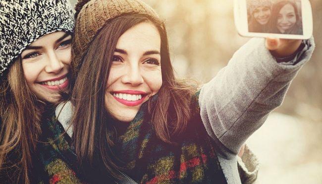 dos chicas tomándose una foto