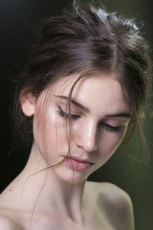 una mujer que sale en la foto con el rostro ligeramente inclinado