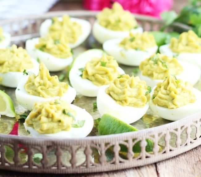 huevos duros rellenos con aguacate