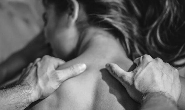 mujer recibe masaje de su pareja