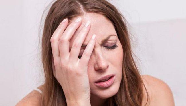 mujer que padece migrañas por intolerancia al glúten