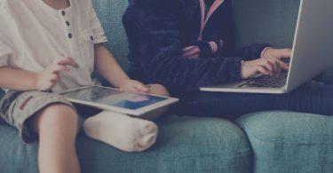 niños viendo películas en ru tableta