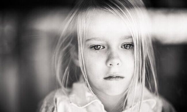 Una niña con heridas emocionales