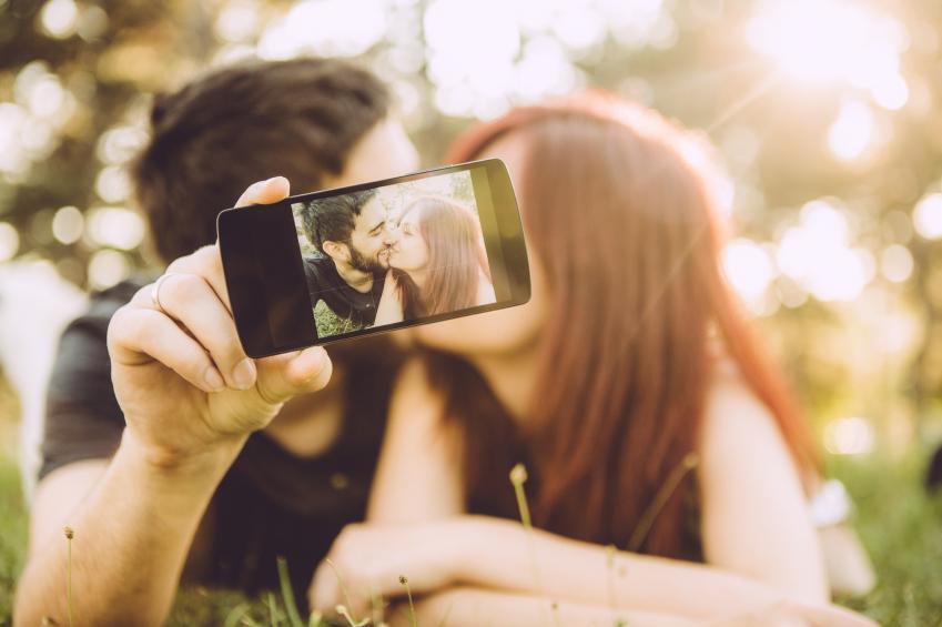 parejas felices en redes sociales