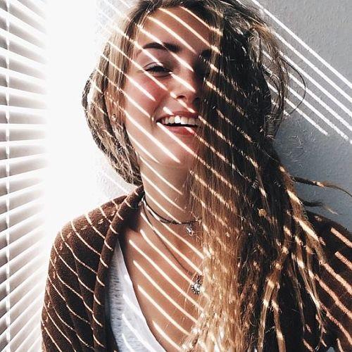mujer joven que luce con sonrisa natural y más fotogénica