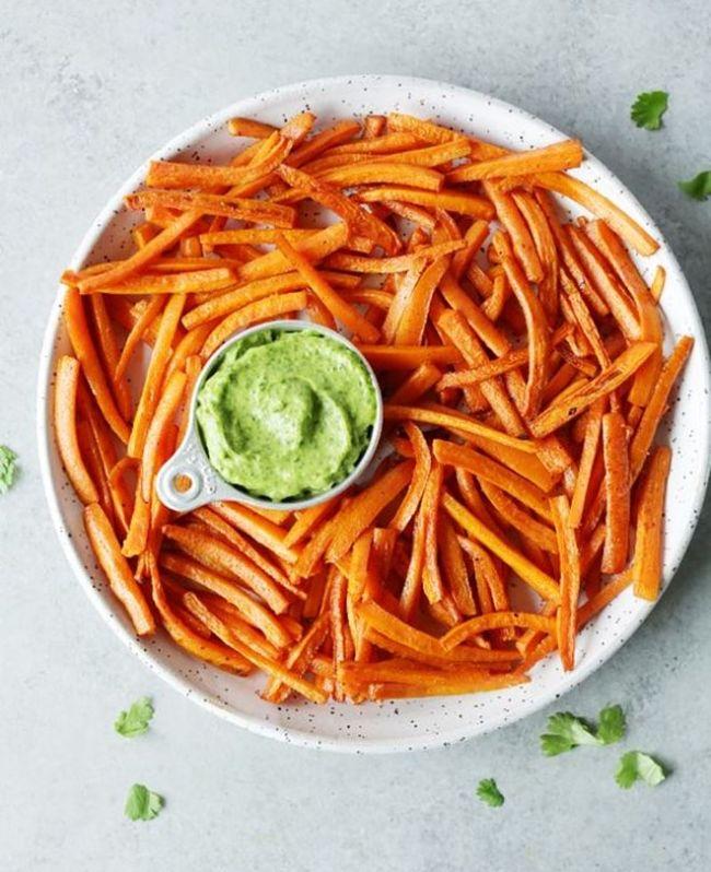 snack saludable de aguacate con zanahorias