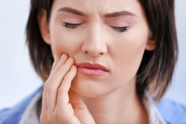 Mujer que padece bruxismo y dolores en la mandíbula por la presión contante de los dientes