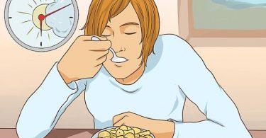 una persona comiendo un desayuno con celereales azucarados