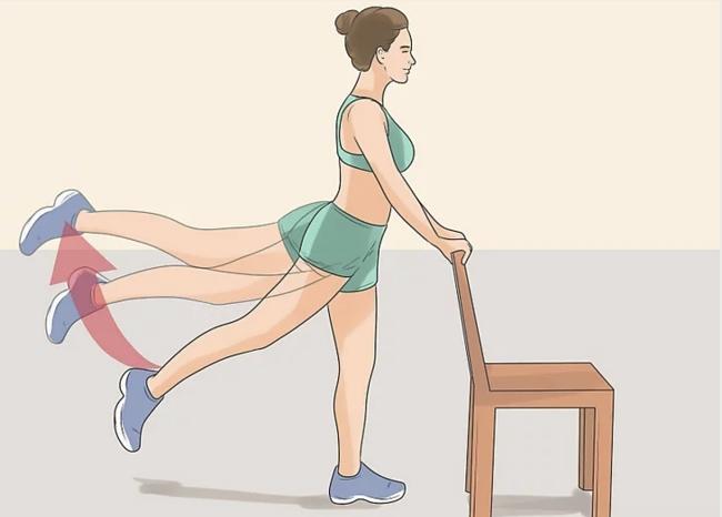 mujer haciendo ejercicios usando una silla