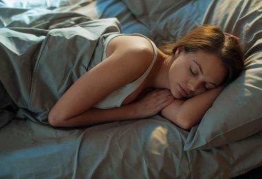 una mujer descansando luego del ejercicio