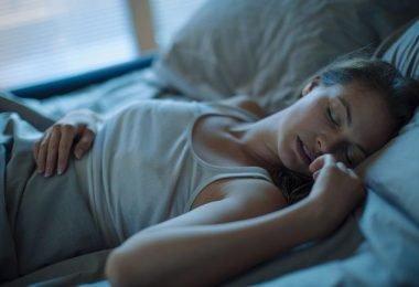 Mujer que habla mientras duermes y sufre comniloquía