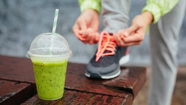 mujer que consume jugo verde y aumenta su rendimiento deportivo