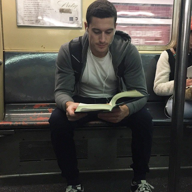 la mujer encuentra atractivo a un hombre leyendo