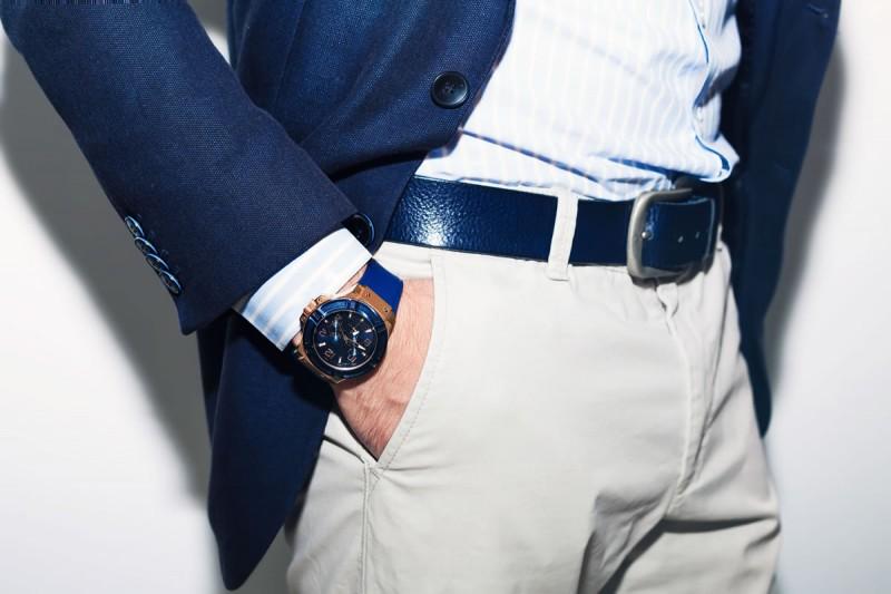 la mujer encuentra atractivo al hombre que mete sus manos al bolsillo