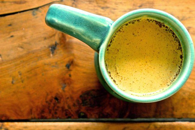 Una taza con leche dorada (miel y cúrcuma) para aliviar los dolores producidos por la osteoartritis