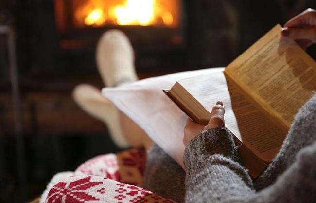 mujer leyendo un libro por la noche