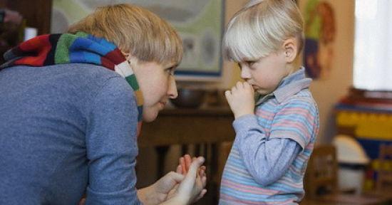 maestra dialogando con un niño que tiene fobia social