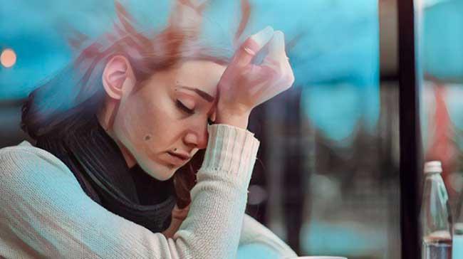 mujer que tiene síntomas de sufrir ansiedad