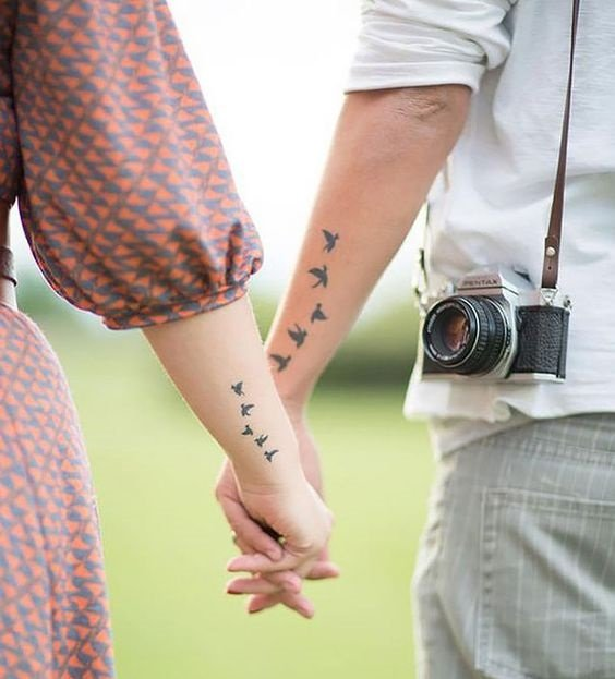 tatuajes en pareja que muestran aves volando