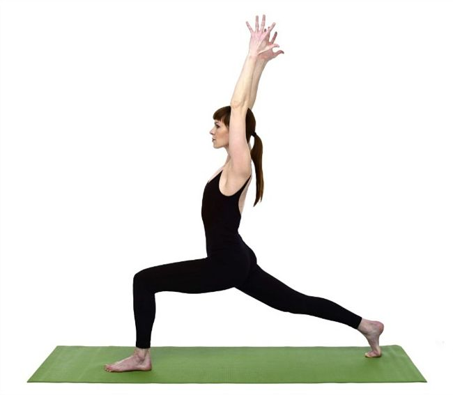 mujer realizando una pose de yoga