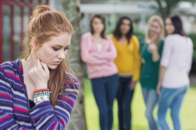 Una chica joven que padece ansiedad social