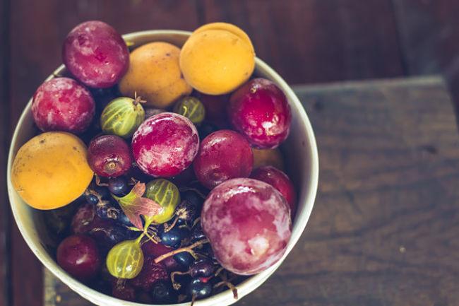 Un plato de bayas y frutos del bosque que aporta beneficioso para la dieta