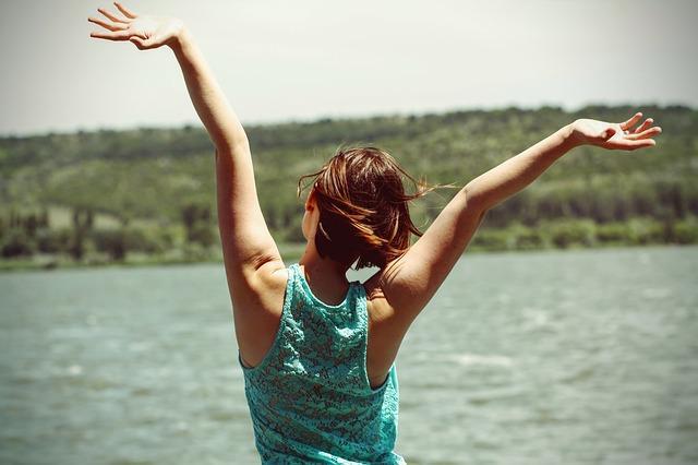 Una mujer liberando sus emociones y sentimientos a través de la catarsis