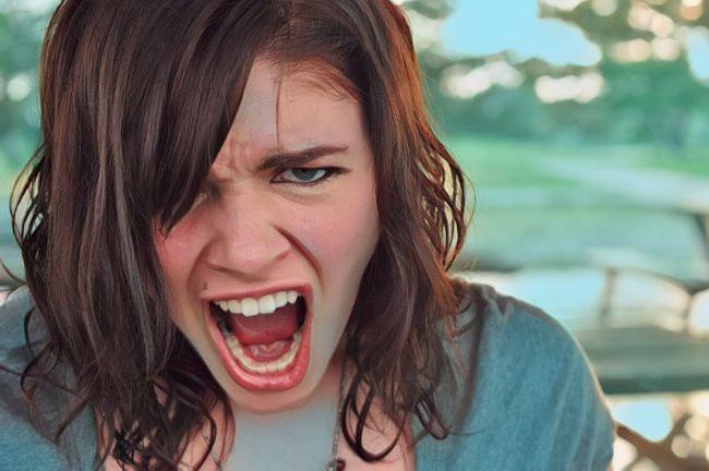 Mujer que sufre ataques de furia y necesita aprender técnicas para controlar la ira efectivamente