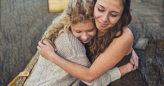 Una mujer abraza a su amiga mostrando el efecto de las habilidades sociales